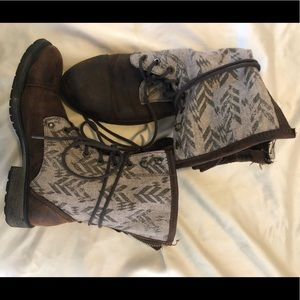 Women's Roxy lace up boots.
